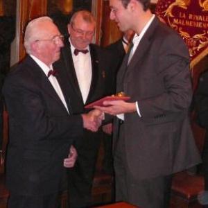 Le Bourgmestre remet le cadeau communal a Victor Lambert (50 ans de chorale)