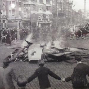 """Un feu de joie sur la place de la Victoire a Verviers. Un panneau """"Legion Wallonie"""" y est brule"""