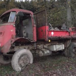 Epave d' un camion abandonnee dans les bois sur la rive gauche du ruisseau de la Follerie, en cours d' evacuation avec tous les dechets presents autour (AC Lierneux)