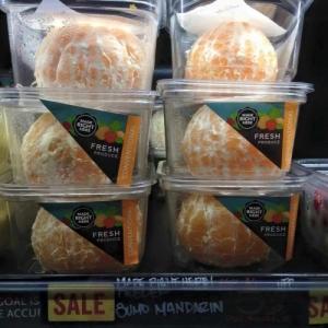 Emballage stupide : Des oranges epluchees dans des barquettes plastiques