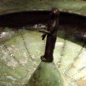 Le couvercle est perfore de multiples trous qui font penser qu'il servait en fait de passoire