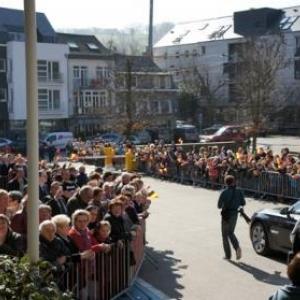 35. Les eleves et habitants attendent la sortie de la Princesse