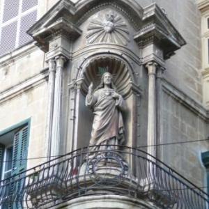 Multples statues saintes aux coins de rues
