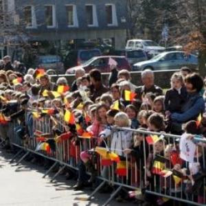 39. Les eleves et habitants attendent la sortie de la Princesse