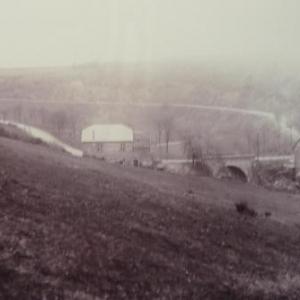 La construction du barrage a ete decidee. Le petit hameau est condamne a disparaitre. Le demontage de la maison va debuter