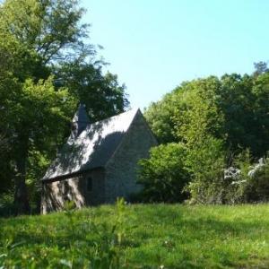 La Chapelle Ste Anne des Pouhons dominant le vallon