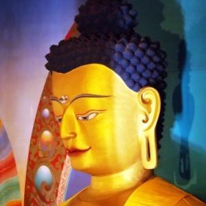 Le bouddha sakyamouni ( 7 metres de haut et 30 tonnes ),