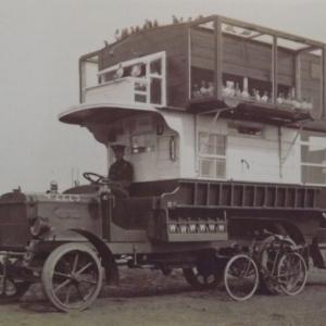 """Tels """" les taxis de la Marne """", bus anglais pour le transport des troupes"""