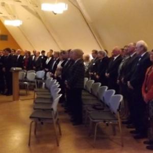 L ' assemblee durant l ' audition des hymnes