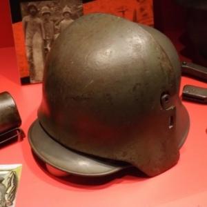Le Stirnpanzer, casque avec plaque frontale renforcee pour les guetteurs