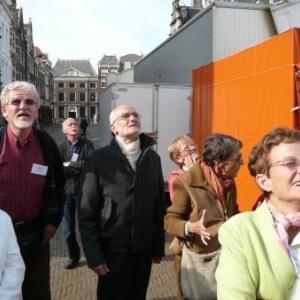 A l'ecoute des informations de la guide devant la cathedrale de Delft