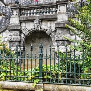 9. La fontaine de la rue du Palais