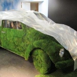 La voiture - jardin a l'entree de l'expo