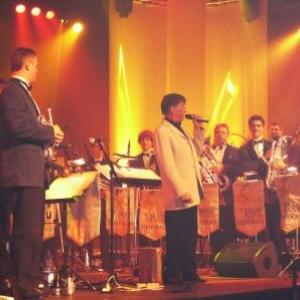Le Directeur remerciant ses musiciens pour leur prestation sans faille