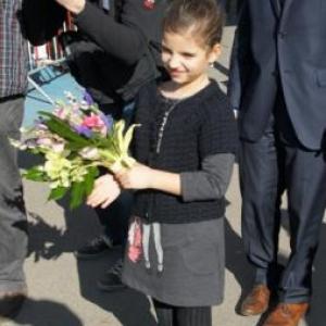 9. Chargee d' offrit les fleurs de bienvenue ..
