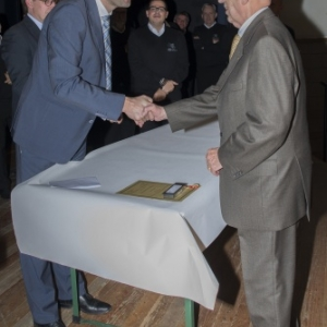Le Bourgmestre felicitant M. Dasnoy ( Photo de G. Blanchy )
