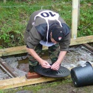 Depot de la minuscule paillette dans le tube - receptacle