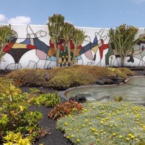 Fresque exterieure ( 1992 ) dans le patio de la maison ( realisee avec de la pierre volcanique et des carreaux de faience emaillee )