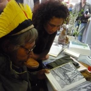 Une compatriote lui montre un livre dans lequel Raoni decouvre une photo de sa maman