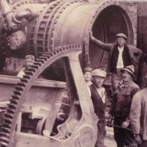 Ces ouvriers sont occupes au montage de la vanne qui va permettre l' ouverture et la fermeture du canal