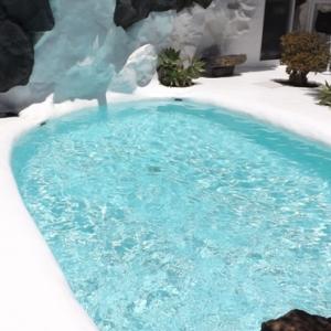 La piscine dans une des bulles de lave