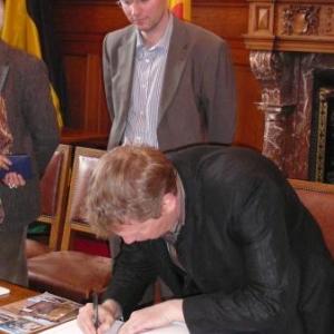 Signature du Livre d'Or communal par M. Marcos