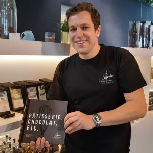 Chocolatier et pâtisser, le Fouronnais Didier Smeets partage sa passion dans un ouvrage où il mêle recettes et techniques abordables pour tous. - © RTBF Philippe Collette