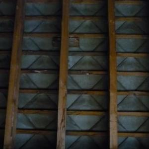 La toiture qui sera remplacee par des ardoises