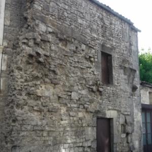 Porte St Pierre : vestige d'une tour dite a gorge fermee.qui protegeait le pont-levis. Entre les deux depats d'arc, descendait une herse