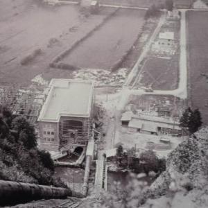Vue du haut de la colline, la centrale electrique est  presque terminee