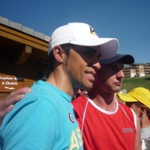 Alberto CONTADOR posant avec un supporter
