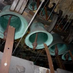 Les battants des cloches du carillon actionnes par un fil de fer