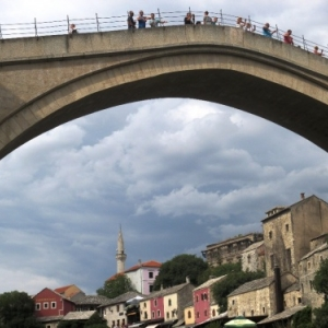 Mostar et le pont sur la Neretva d'ou des jeunes plongent contre monnaie