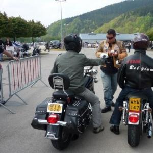 Parking Harley, a droite ; autres motos, a gauche