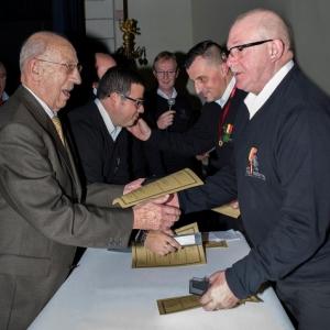 Le President d'Honneur felicitant le President ..( Photo de G. Blanchy )