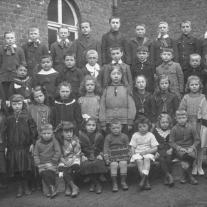 Ecole 1924 à Rémersdael : Au 3ème rang Mr Leenaerts ( père et instituteur ), Josef Surgy et Joseph Leenaerts,