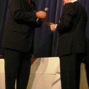 M. Scholberg, Président de la FML, remet la medaille de la Federation a Maurice Bragard (60 ans de chorale)