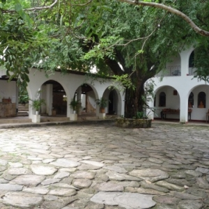 Goias : Patio de l' eglise du Rosaire ou officie Mgr Rixen