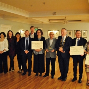 Les gagnants des European Greenways Awards 2017 à Adare: Sandra De Taeye (Directrice) et Dany Heck (Directeur adjoint et Responsable du développement de prouduits) (au milieu de l'image) après la remise des prix.