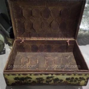 Boite a Perruque. En Arte Povera. Decor interieur en bergamote sur le dessus. Louis XV, Grasse. L'Art du Renouveau, proantic