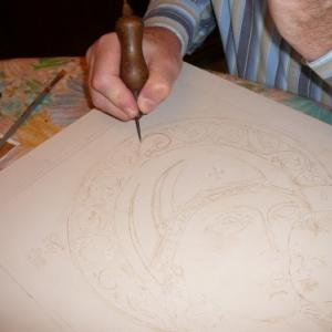 Gravure. Avec une pointe seche, on repasse sur le dessin calque. La precision est de rigueur. Plus le dessin est bien trace, plus facile sera la suite de l' ouvrage.