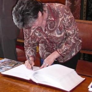 Signature du Livre d'Or communal par Mme Anguelova