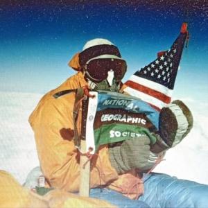 Luther Jerstad | Au sommet de l 'Everest , Barry Bishop déploie le drapeau de la Nat ional Geographic Society au bout d'un piolet | Népal | 1963