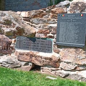 Dans le parc, monument rappelant le sacrifice des patriotes malmédiens durant la seconde Guerre mondiale