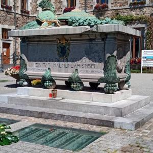 Devant le monastère,le cénotaphe à la mémoire des morts de la Première Guerre ( 1914 - 1918 )