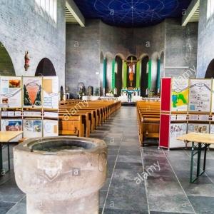 L'intérieur de l'église décoré par l'artiste Zygmunt Dobrzycki