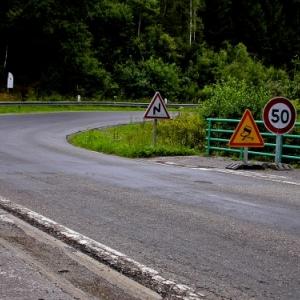 ATTENTION, revetement de route dangereux