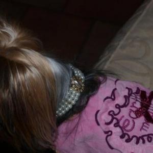 scarlett avec son joli collier perle