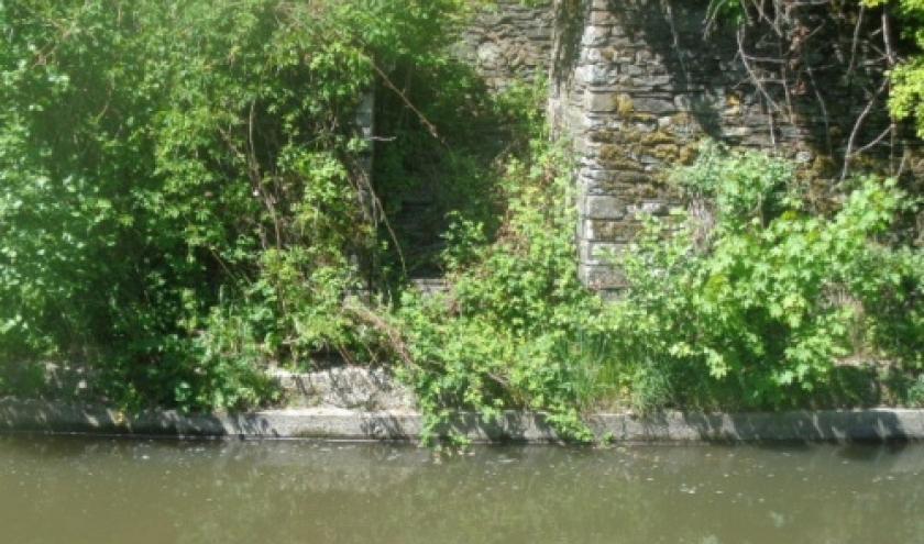 """Escalier -desaffecte- menant au niveau de l'eau, derriere l'eglise, donc le vieux cimetiere. On y puisait l'eau pour """"soigner"""" les tombes jusque dans les annes 50."""