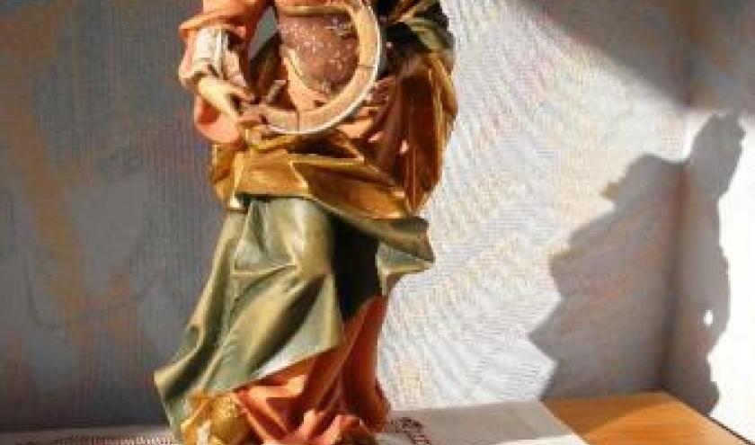 Sainte Catherine et ses attributs : la roue de son supplice, le livre symbolisant sa science, son triomphe sur les philosophes. Fille de roi, elle a toujours une riche parure. Inutile de le dire, elle incarnait aussi la splendeur.